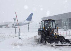 Из-за снегопада  аэропорт  в Жулянах не обслуживает рейсы
