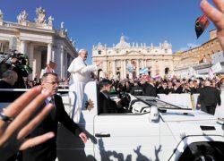 Папа Римский разбилглаз о свой папамобиль